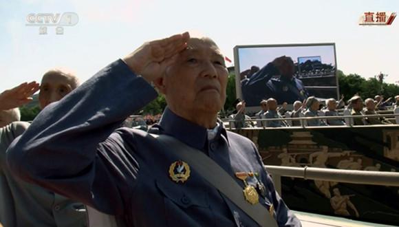 抗战老兵泪洒阅兵现场 服装根据当时所在部队而制作
