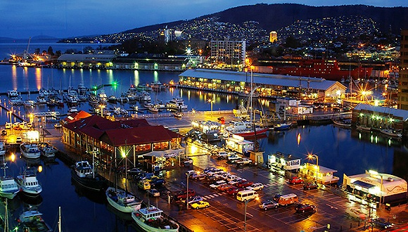 抛弃高端商场和娱乐中心,新一代的中国中产阶级游客正在空旷荒凉的小岛和壮观的火山岩石间享受野趣。 作为澳大利亚唯一的岛屿州,塔斯马尼亚拥有洁净的空气、新鲜的海鲜和占地达40%的世界遗产区,吸引着新一代的中国中产阶级游客,包括明星。 在这个遥远的澳洲小岛上,中国游客的旅行模式正在转变,传统的旅行团被充满野趣的自由行所代替,包括海底潜水活动、自驾车荒野度假、乘破冰船去南极等等,空旷的野外开始受到中国游客的青睐。 据世界旅游组织预测,到2020年,中国出境旅游人数将达到2.