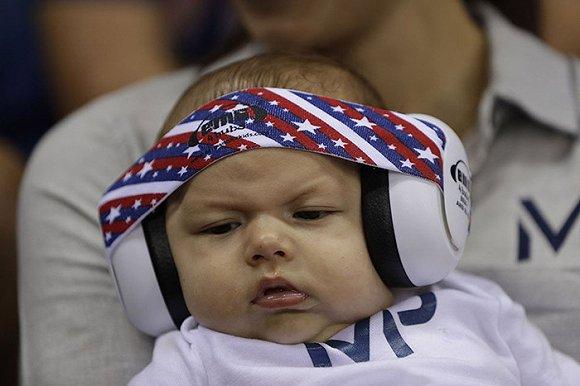 而他的儿子布默·罗伯特·菲尔普斯和他头上可爱的婴儿防