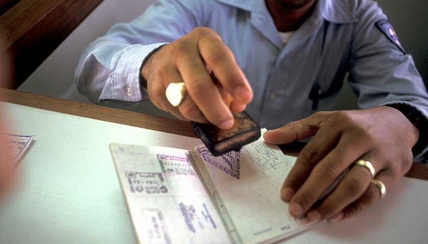 特朗普收緊移民政策留學簽證銳減17% 印度最受影響