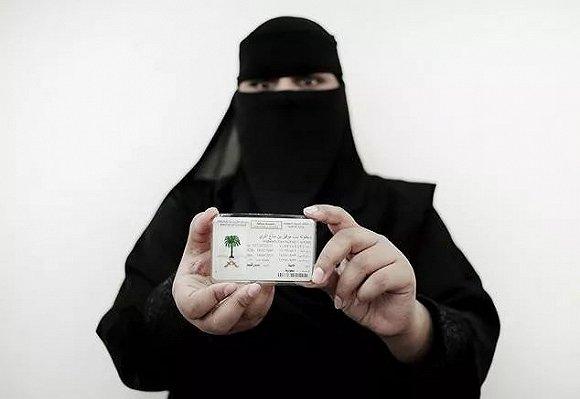 首批沙特女性開車上路:真不敢相信自己在開