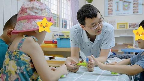 他為孤殘兒童上科學課,想讓孩子們看看外面的世界