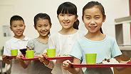 ?#26412;?#35268;定中小学、幼儿?#23433;?#24471;制售生冷食物,校长需一同就餐