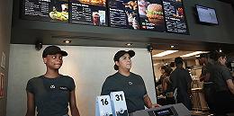 端盘子攒学费的年轻人回来了,但美国的餐饮业还是很缺人