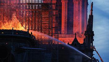 巴黎圣母院突遇大火塔尖坍塌