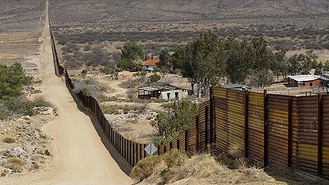 美墨边境民兵武装头目因非法持枪被捕,曾宣称计划暗杀奥?#21520;?#24076;拉里