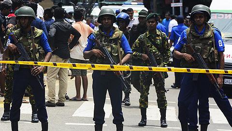 斯里兰卡安全部队对一辆可疑摩托车进行受控爆破