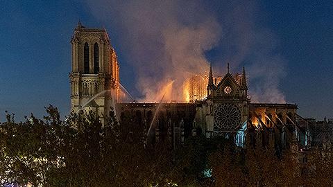 挺过火灾的巴黎圣母院迎来新危机:下雨