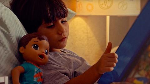 男孩为什么要玩娃娃?玩具公司孩之宝说可以?#30431;?#20204;学会关心人