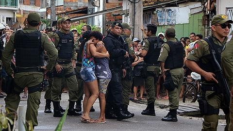"""巴西酒吧枪击案致11人死?#36164;?#20173;在逃,""""以枪治暴""""能管用吗?"""