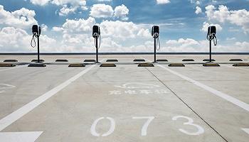 未来充电15?#31181;有?#39542;300公里 新能源汽车高增长带动快充桩建设