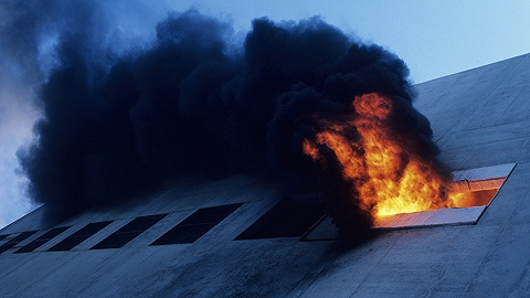 印度一培训中心失火,学生试?#32487;?#27004;逃生至少15人死亡