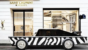 在巴黎左岸的对面,圣罗兰开了家卖小玩意儿的右岸店
