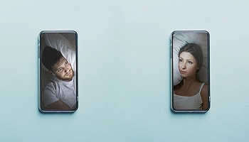 慰藉与忠诚:通过视频通话一起睡觉的伴侣