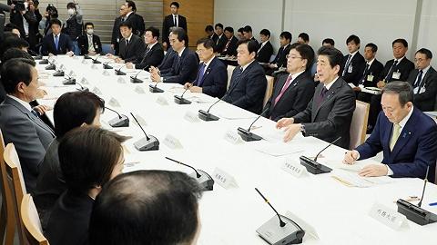 """日本疫情站在""""爆发岔路口"""",正副首相不再同席以防同时感染"""