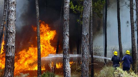 四川凉山木里森林火灾北线火势加剧,4100名灭火队员增援