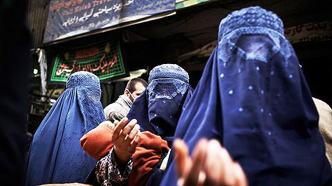 """【圖集】阿富汗女人:身披布卡罩袍,""""害怕回到最黑暗的日子"""""""