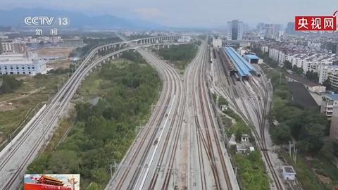 国庆首日全国铁路发送1580万人次,明日上午可能出现公路出行小高峰