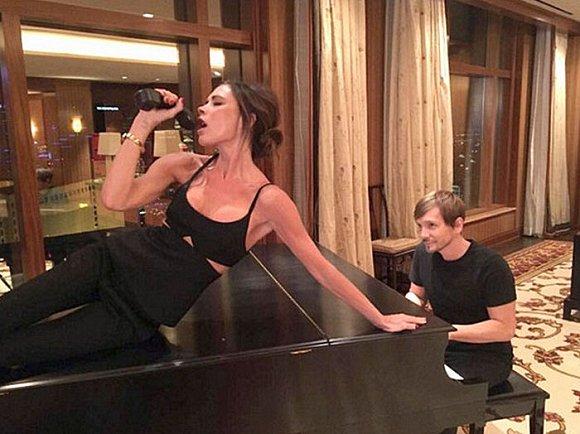 维多利亚・贝克汉姆躺在钢琴上唱歌 重返歌星岁月