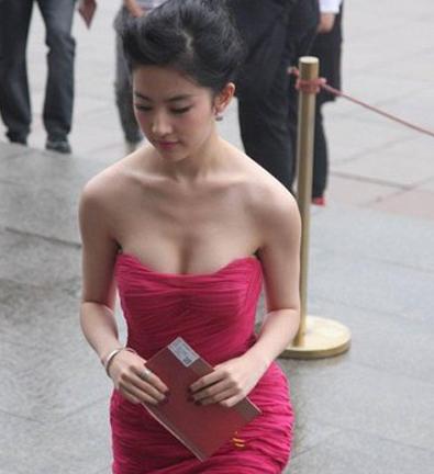 女大学生花巨款整成刘亦菲,看到整完的她我哭了