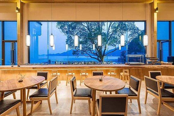 千岛湖这家微酒店用一间180°湖景房打包了整个半岛山水风光