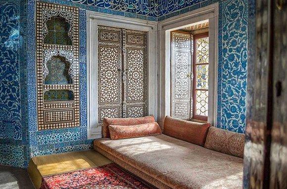 当阳光透过260扇彩色玻璃窗投射入内部,2万多块蓝色瓷砖反射出迷离的
