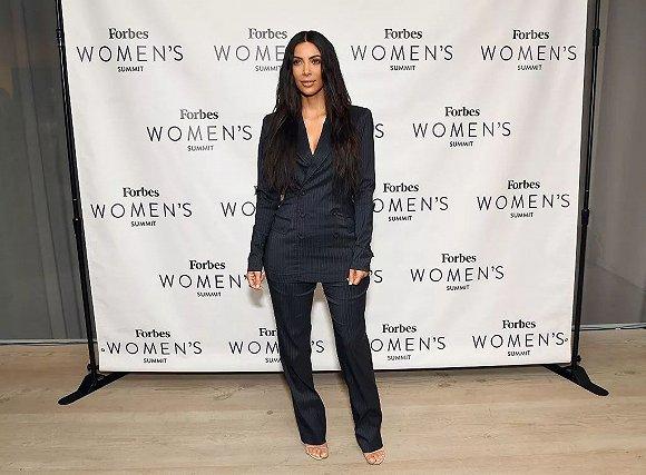 里另一位成员、她同母异父的妹妹 Kylie Jenner 进入了美妆行业.   详图片