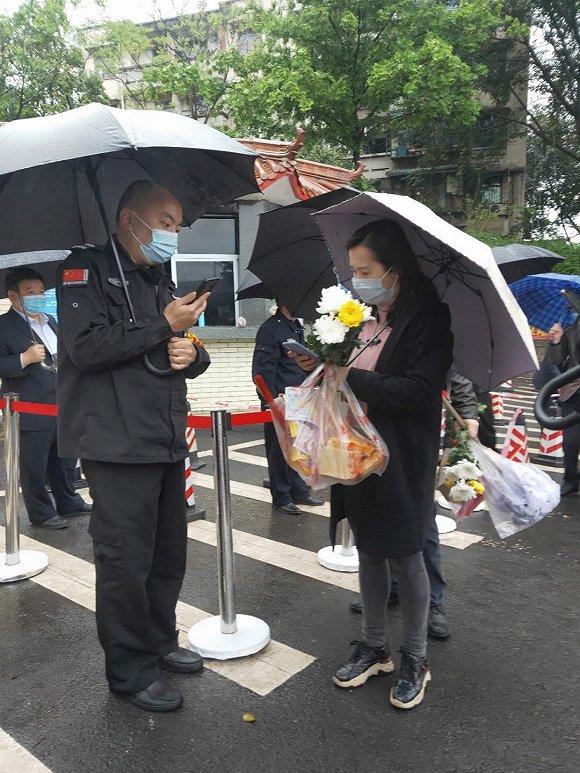 重庆迎来清明节前祭扫小高峰,一