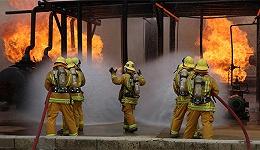 他是一名摄影师,专门记录惊心动魄的火灾现场