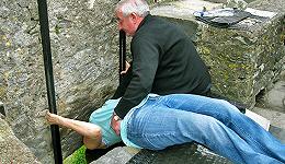 """爱尔兰寻找下一位""""巧言石""""守护者,每年大概要抱40万旅行者亲石头许愿"""