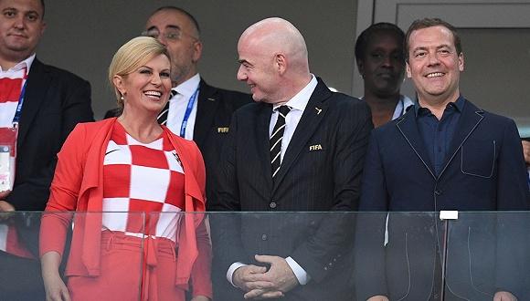 """最大牌女球迷见证克罗地亚险胜 兴奋起舞俄总理""""没眼看"""""""