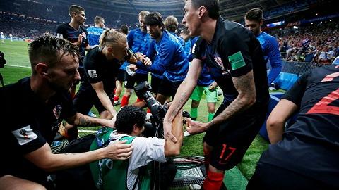 """克罗地亚绝杀庆祝却""""伤""""了场边摄影师 但他拍下了最触动人心的画面"""