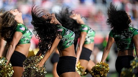 """北美职业联盟首次""""破例"""" NFL新赛季惊现男性啦啦队员"""