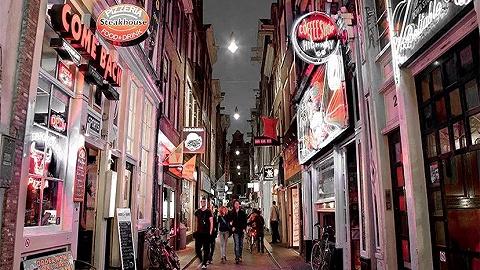 在阿姆斯特丹上男厕,我够不着