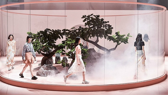 雅莹集团旗下高端女装品牌贝爱的2019春夏系列秀场选在了上海宝龙美术馆
