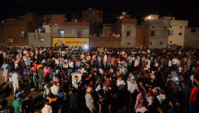 印度一火车冲入宗教庆祝人群61死 政府向家属赔偿4万元