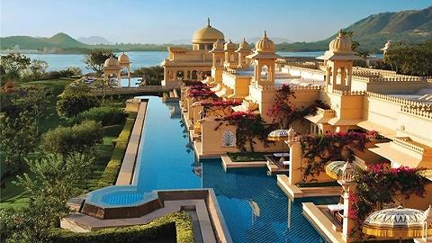 从月薪50的前台做到身家百亿的酒店大亨,他花80年让世人住进了宫殿!