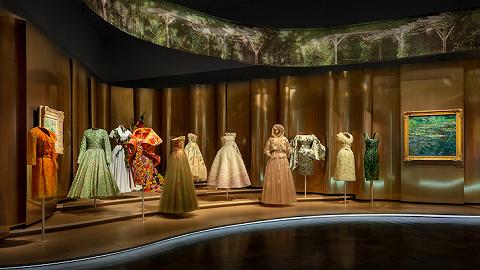 【是日美好事物】Dior高级定制展回顾辉煌历程,自助炒面机为深夜菜单添新品