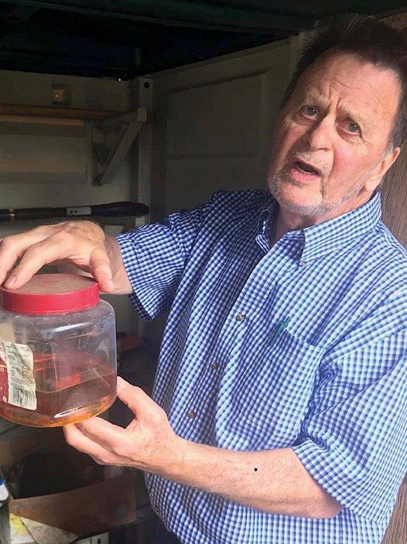 原告哈德曼拿着一罐农达牌除草剂。