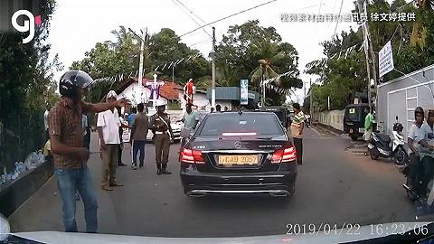 痛心:斯里兰卡科伦坡街道挂满白旗,每一条都代表有人遇难