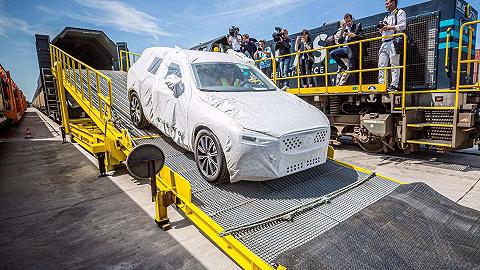 """搭乘中欧班列,由中国制造的""""欧洲汽车""""正被售往其故乡"""