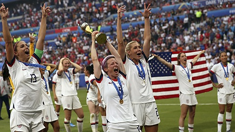 美国女足赢下世界杯,之后一役是男女同酬