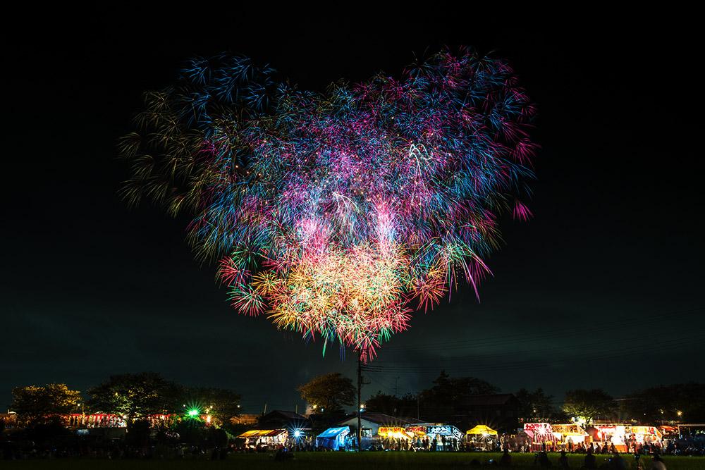 现在花火大会日益成为日本除樱花外的另一个符号,也逐渐成为旅游项目的卖点之一,吸引着成千上万的外国游客前往观看。