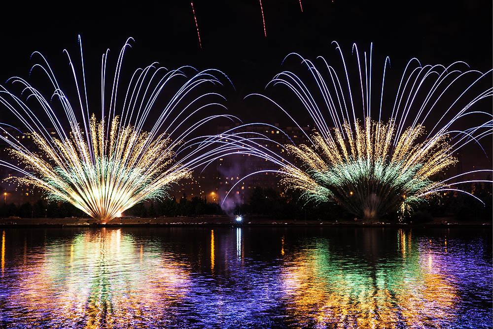 """当地时间2017年8月19日,俄罗斯莫斯科,当地举行""""Rostekh""""国际烟花节,绚烂烟花夜空绽放,美不胜收"""