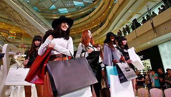 """【此刻评论】""""道歉日""""背后:奢侈品牌需要重新审视中国市场的人文感情和社会民情"""