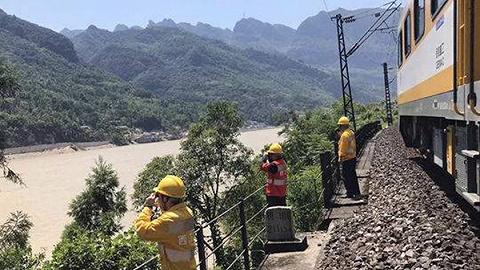 成昆线山体垮塌确认17人失联,其中2人为折返救工友错过跑出来机会