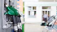 """国内成品油价迎""""两连跌"""",加满一箱92号汽油省8元"""