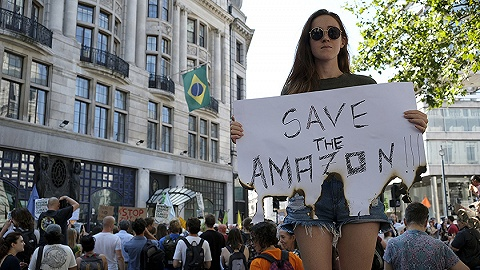驻外使领馆被抗议者堵门,巴西总统承诺向亚马孙派兵灭火