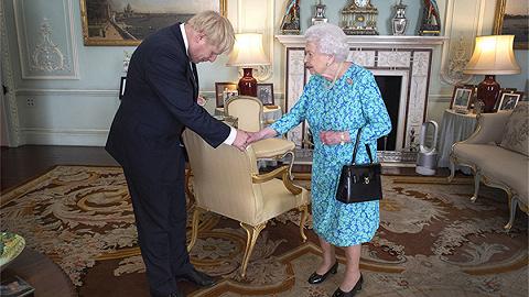 约翰逊获准暂停议会,为何英国女王必须听首相的?