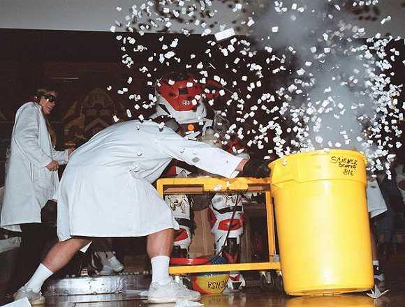 搞笑诺贝尔奖的颁奖典礼都很热闹,1999年,科学家在颁奖典礼上引爆一个装满五彩纸屑的大桶